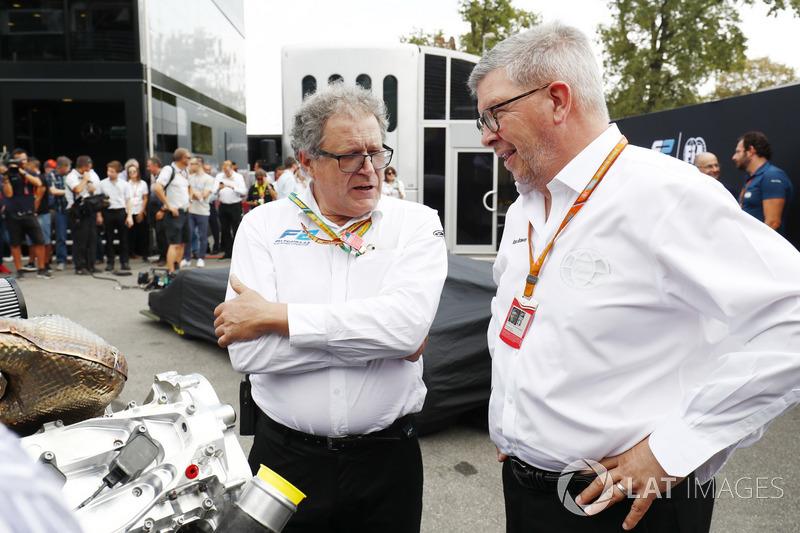 Дидье Перрен и Росс Браун осматривают новый двигатель F2