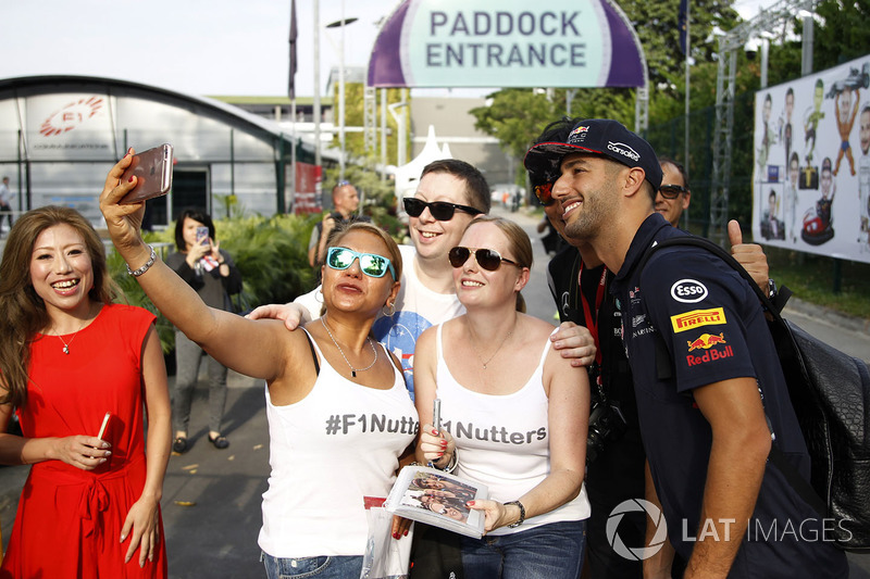 Daniel Ricciardo, Red Bull Racing selfie con i fan