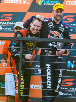 Podium: le vainqueur Shane van Gisbergen, Triple Eight Race Engineering Holden, le troisième David Reynolds, Erebus Motorsport Holden