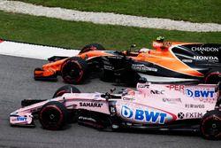 Stoffel Vandoorne, McLaren MCL32, batalla con Sergio Perez, Sahara Force India F1 VJM10