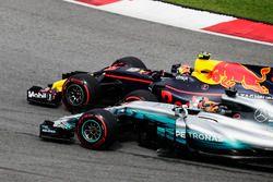 Max Verstappen, Red Bull Racing RB13, passeert Lewis Hamilton, Mercedes F1 W08