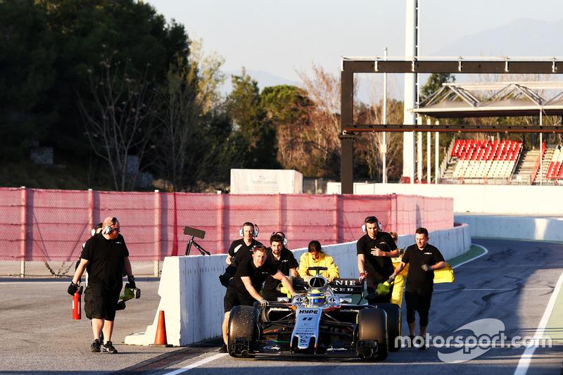 Sergio Pérez, Sahara Force India F1 VJM10 se empujado hacia abajo al pit-lane