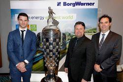 Indy 500 ganador 2016 Alexander Rossi con el trofeo Borg-Warner trophy y el dueño del equipo Michael