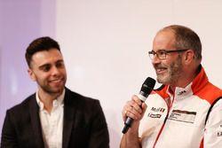 Dino Zamparelli et le coordinateur de la Porsche Cup, James MacNaughton, sur la scène Autosport