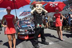 Grid kızları ve James Courtney, Holden Racing Team