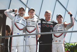 Les vainqueurs, #2 Porsche Team Porsche 919 Hybrid: Timo Bernhard, Earl Bamber, Brendon Hartley, et le team manager Fritz Enzinger, chef de Porsche LMP1