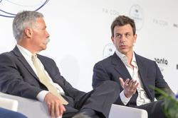 Председатель FOM Чейз Кэри и руководитель Mercedes AMG F1 Тото Вольф