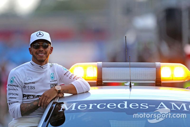 Ele começa o ano sorrindo: Lewis Hamilton é o pole para o GP da Austrália.