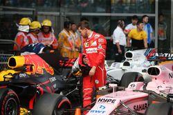 Sebastian Vettel, Ferrari, begutachtet den Red Bull RB13