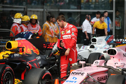 Sebastian Vettel, Ferrari, examina el Red Bull Racing RB13