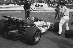 Победитель Педро Родригес, BRM P153, и руководитель его команды Тим Парнелл