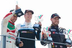 Podium: Racewinnaar Thed Björk, Polestar Cyan Racing, Volvo S60 Polestar TC1, tweede plaats Tiago Mo