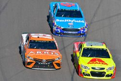 Daniel Suarez, Joe Gibbs Racing Toyota, Dale Earnhardt Jr., Hendrick Motorsports Chevrolet, Aric Alm