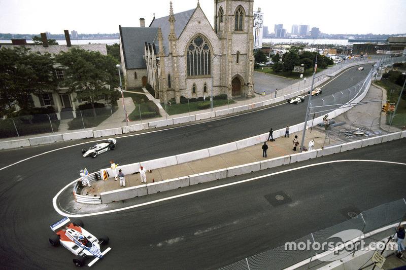 Chico Serra, Fittipaldi F8D-Ford Cosworth delante de Keke Rosberg y Derek Daly, Williams FW08-Ford C