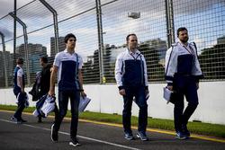 L'équipe Williams, avec Lance Stroll, lors de la reconnaissance de la piste