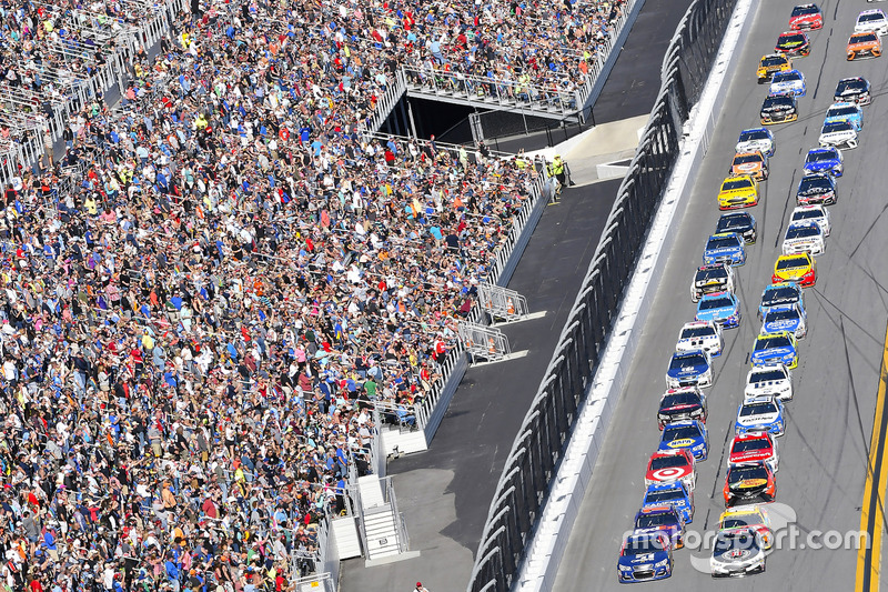 Jamie McMurray, Chip Ganassi Racing, Chevrolet; Kevin Harvick, Stewart-Haas Racing, Ford