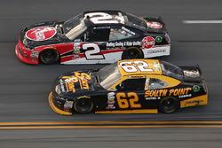 Austin Dillon, Richard Childress Racing Chevrolet, corre ante Brendan Gaughan, Richard Childress Rac