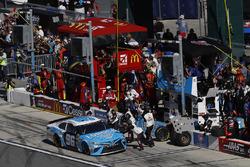 D.J. Kennington, Gaunt Brothers Racing Toyota, pit stop