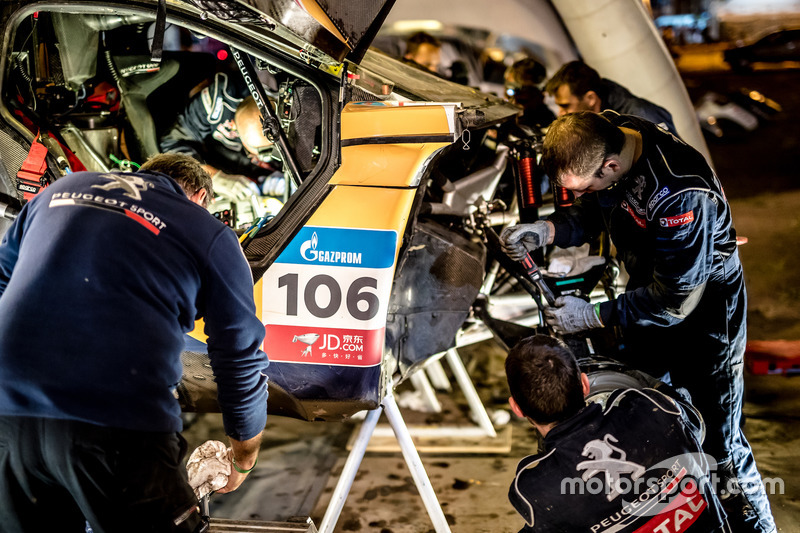 Mechanics working on the car of #106 Peugeot Sport Peugeot 3008 DKR: Stéphane Peterhansel, Jean-Paul
