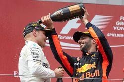 Derde plaats Daniel Ricciardo, Red Bull Racing, gooit champagne over Valtteri Bottas, Mercedes AMG F