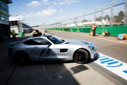El coche de seguridad de la FIA deja los pits