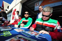 #83 AF Corse Ferrari 458 Italia: Francois Perrodo, Emmanuel Collard, Rui Aguas firma autógrafos par