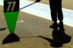 Señal de pit para el #77 Proton Competition Porsche 911 RSR 991: Marc Hedlund, Marco Seefried