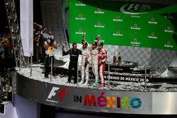Podium : Tony Walton, mécanicien Mercedes AMG F1; Nico Rosberg, Mercedes AMG F1, deuxième; Lewis Hamilton, Mercedes AMG F1, vainqueur; Sebastian Vettel, Ferrari, troisième