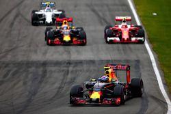 Max Verstappen, Red Bull Racing RB12 lidera a Daniel Ricciardo, Red Bull Racing RB12, Kimi Raikkonen