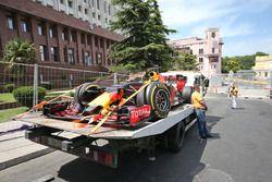 El Red Bull Racing RB12 de Daniel Ricciardo, Red Bull Racing es llevad a pits en la parte trasera de