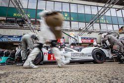 Pit stop practice for #1 Porsche Team Porsche 919 Hybrid: Timo Bernhard, Mark Webber, Brendon Hartle
