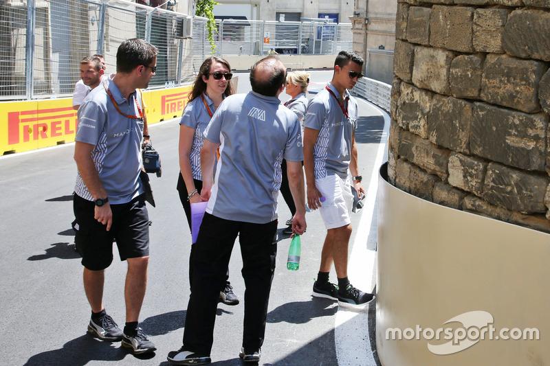 Паскаль Верляйн, Manor Racing, йде по треку з командою