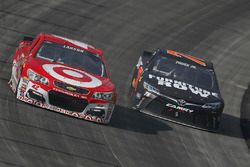 Kyle Larson, Chip Ganassi Racing Chevrolet, und Martin Truex Jr., Furniture Row Racing Toyota