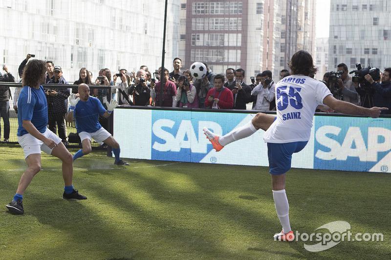 Carlos Sainz jr.,Toro Rosso y Carles Puyol exfutbolista en el partido de fútbol benéfico: de la pista a la cancha