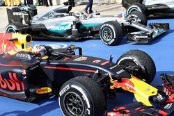 Tercer lugar Daniel Ricciardo, Red Bull Racing RB12y el primer lugar Lewis Hamilton, Mercedes AMG F1