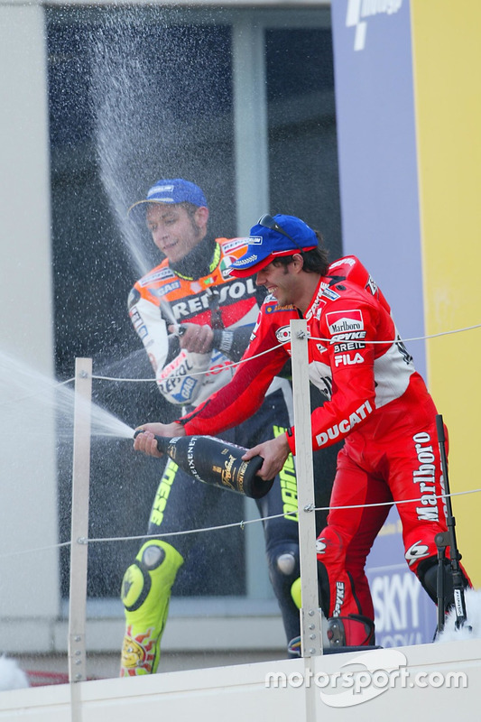 Podio: ganador Valentino Rossi, del equipo Repsol Honda, tercer lugar Loris Capirossi, Ducati Team
