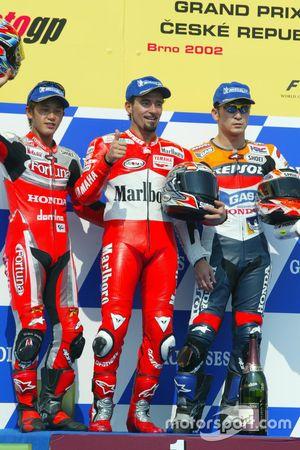 Podium: Race winner Max Biaggi, Marlboro Yamaha Team; second place Daijiro Kato, Fortuna Honda Gresini; third place Tohru Ukawa, Repsol Honda Team