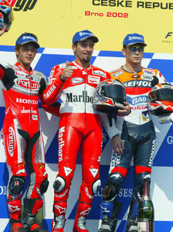 Podium: Race winner Max Biaggi, Marlboro Yamaha Team; second place Daijiro Kato, Fortuna Honda Gresini; third place Tohru Ukawa, Repsol Honda Team