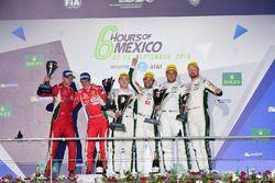 LM GTE Pro podio: primer lugar Richie Stanaway, Darren Turner, Aston Martin Racing, segundo lugar Gi