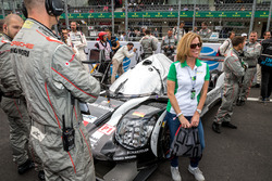 Fan taking picture with the LMP1 Porsche