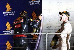 Daniel Ricciardo, Red Bull Racing celebra su segundo puesto en el podio con el ganador de la carrera