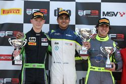Podium: pemenang Ricky Collard, Carlin, peringkat kedua Thomas Randle, Douglas Motorsport, peringkat