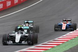 Нико Росберг, Mercedes AMG F1 W07 Hybrid едет впереди Льюиса Хэмилтона, Mercedes AMG F1 W07 Hybrid