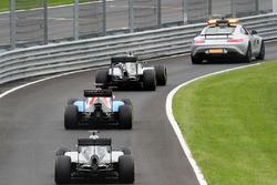 Nico Rosberg, Mercedes AMG F1 W07 Hybrid mène derrière la voiture de sécurité dans les stands
