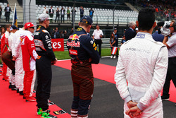 Pascal Wehrlein, Manor Racing alors que la grille écoute l'hymne national