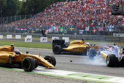 Crash: Jolyon Palmer, Renault Sport F1 Team RS16; Felipe Nasr, Sauber C35; Kevin Magnussen, Renault