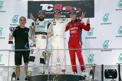 Podium: Le vainqueur Roberto Colciago, Honda Civic TCR, Target Competition; le deuxième Stefano Comini, Volkswagen Golf GTI TCR, Leopard Racing; le troisième James Nash, Seat Leon, Team Craft-Bamboo LUKOIL