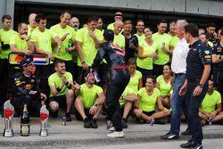 إحتفالات الفائز بالسباق دانيال ريكاردو، ريد بُل، المركز الثاني ماكس فيرشتابن، ريد بُل وكريستيان هورن