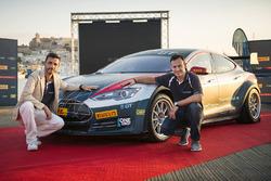 Mark Gemmell und Agustin Paya mit dem Tesla Model S P85+