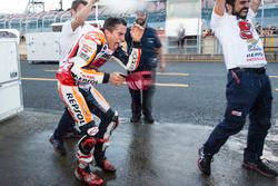 Le vainqueur Marc Marquez, Repsol Honda Team fête sa victoire avec l'équipe